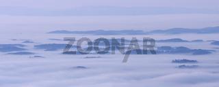 Erhebungen aus einem Nebelmeer über dem Bodensee
