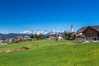 Blick über Voeran auf die Alpen, Suedtirol