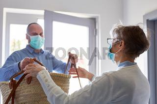 Lebensmittel Lieferung an Senioren in Quarantäne