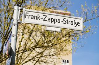 Strassenschild Frank Zappa Strasse, Berlin, Deutschland