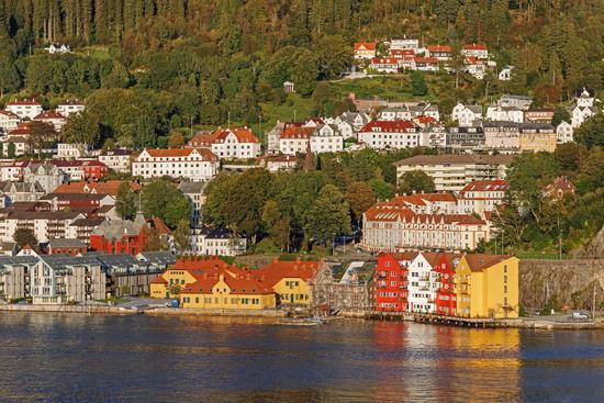 Häuser spiegeln sich im Wasser in Bergen, Norwegen