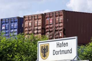 Schild Hafen Dortmund vor Containern