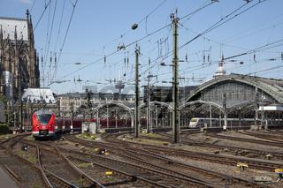 Nahverkehrszug und ICE am Hauptbahnhof Koeln