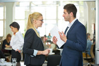 Geschäftsleute diskutieren im Büro