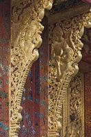 Kunstvoll verzierte Dachstützen mit Darstellungen von Rama und Sita