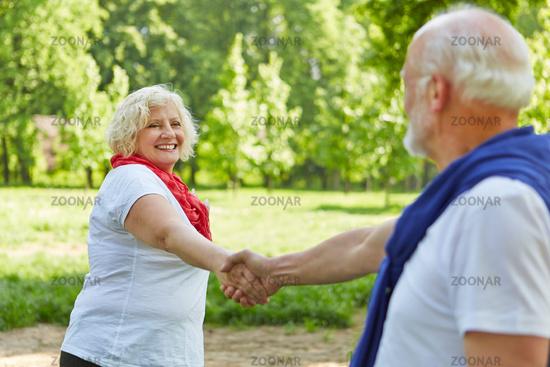 Glückliches Paar Senioren beim Tanzen im Garten
