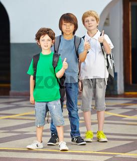 Kinder in Schule halten Daumen hoch
