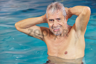 Senior macht Aquagymnastik im Schwimmbad