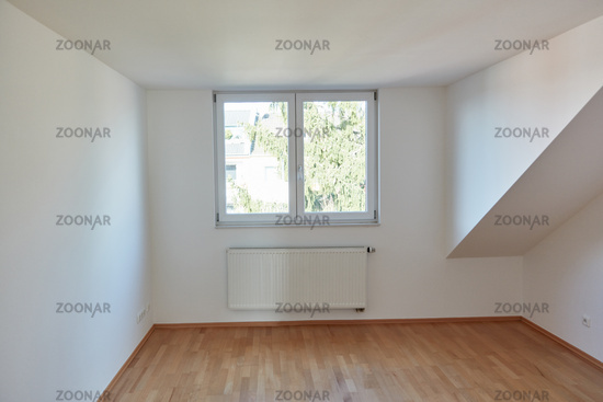 Leerer Interior Raum im Dachgeschoss mit Holz Parkett