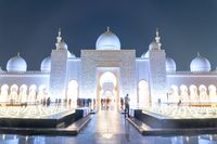Sheikh Zayed Grand Mosque at night in Abu Dhabi, United Arab Emirates.