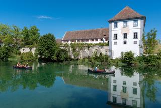 Kanufahrer auf dem Rhein vor der Klosterinsel Rheinau in der Schweiz