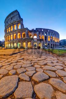 Das beleuchtete Kolosseum in Rom in der Morgendämmerung