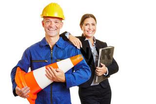 Monteur und Geschäftsfrau als dynamisches Team