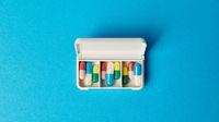 Offene Pillenbox mit Medikamenten