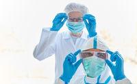 Mediziner in Klinik mit Schutzkleidung wegen Covid-19