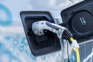 E-Auto beim Aufladen - Elektroauto angesteckt bei der Ladestation
