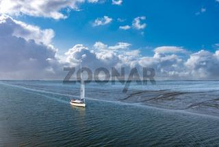Benser Außentief mit Segelboot in Bensersiel