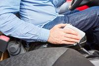Autofahrer beim Desinfizieren von Schalthebel im Auto