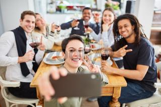 Studenten machen Selfie mit Smartphone beim Essen