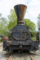 Vorderansicht einer alten rostigen Dampflokomotive
