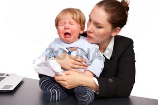 Mutter und Kind bei der Arbeit Serienbild 5