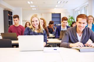 Studenten lernen mit Computer