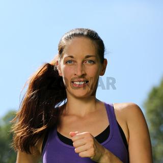 Junge Frau beim Laufen Joggen Workout im Park