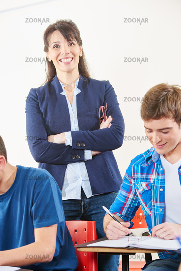Frau als Lehrerin in Schule