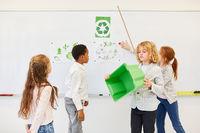 Kinder in Grundschule halten Referat über Umweltschutz