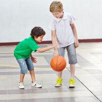 Zwei Kinder spielen Basketball