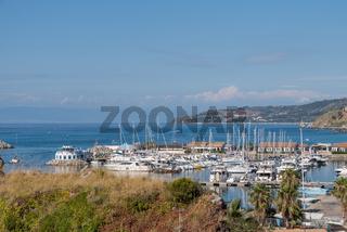 idyllischer Blick auf einen kleinen Schiffhafen und aufs Meer - Kalabrien
