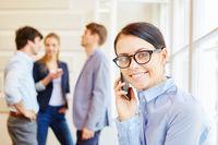 Frau telefoniert mit Smartphone bei Start-Up