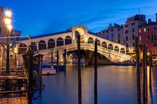 Beleuchtete Rialto Bruecke in Venedig bei Nacht