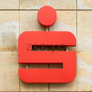Symbol einer Sparkasse an einer Fassade