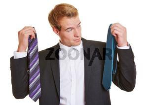 Mann muss sich für Krawatte entscheiden