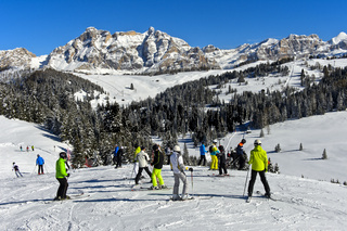 Skifahrer auf eine Skipiste im Skigebiet Alta Badia, Dolomiten, Südtirol, Italien