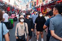 Singapur, Republik Singapur, Menschen mit Mundschutz auf einem belebten Basar in Chinatown