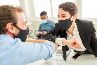 Business Leute mit Maske halten Abstand