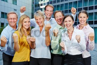 Jubelndes Business Team mit geballten Fäusten