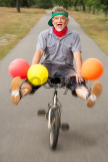 Mann mit Luftballons und Kinderfahrrad
