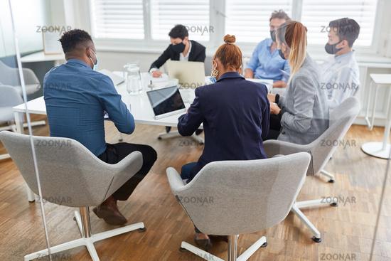 Business Leute an einem Tisch im Konferenzraum
