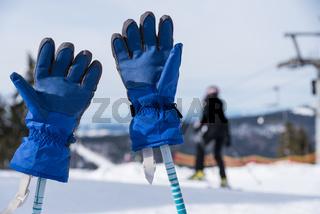 Skihandschuhe stecken auf Skistöcken - Nahaufnahme