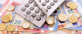 Finanzen mit Euro Banknoten, Münzen und Rechner