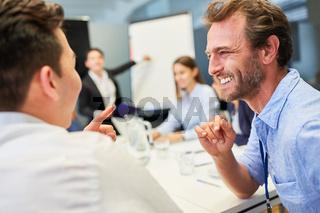 Business Kollegen haben Spaß bei Diskussion