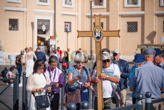 pilgrims going to vatican city