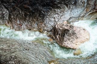 Blick in den Klamm eines Wildwasser-Baches oberhalb des Hintersees im Nationalpark Berchtesgarden