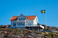 Haus und Fahne auf der Insel Dyrön in Schweden