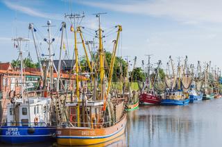 Krabbenkutter im Hafen von Greetsiel, Ostfriesland, Niedersachsen, Deutschland