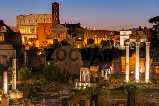 Blick über die Ruinen des römischen Forums auf das berühmte Kolosseum