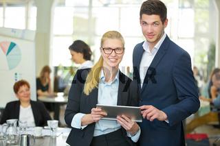 Geschäftsleute arbeiten am Tablet Computer